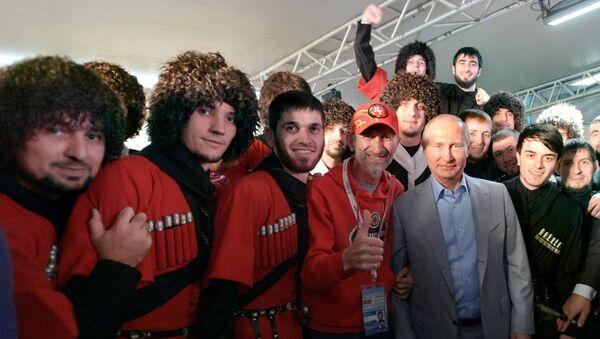 Президент РФ Владимир Путин фотографируется с участниками XIX Всемирного фестиваля молодежи и студентов. 21 октября 2017