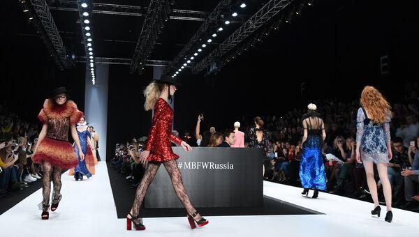 Модели демонстрируют одежду из новой коллекции дизайнера Галы Борзовой в рамках Mercedes-Benz Fashion Week Russia в Центральном выставочном зале Манеж в Москве. 21 октября 2017