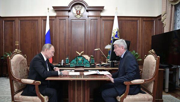 Президент РФ Владимир Путин и директор Федеральной службы по финансовому мониторингу Юрий Чиханчин  во время встречи. 23 октября 2017