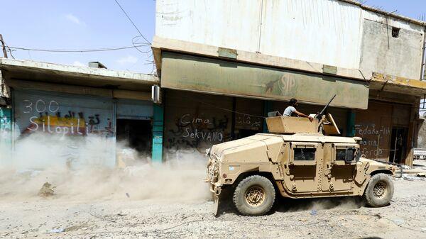 Бойцы Сирийской демократической армии на улице в Ракке