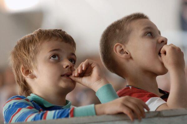 Дети из детских домов во время благотворительного спектакля. Архив