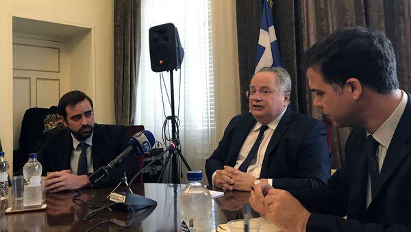 Министр иностранных дел Греции Никос Котзиас во время пресс-конференциив Афинах. 26 октября 2017