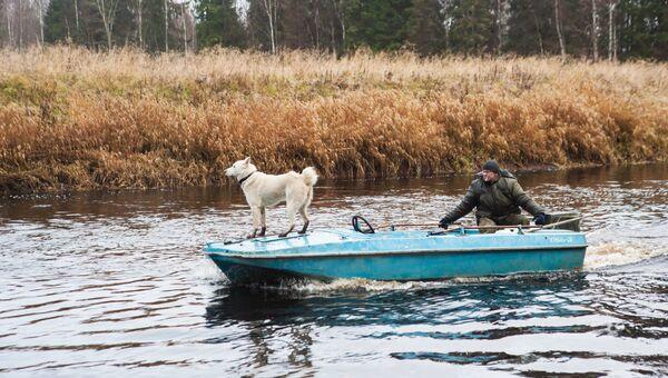 Лодка плывет по реке. Архивное фото