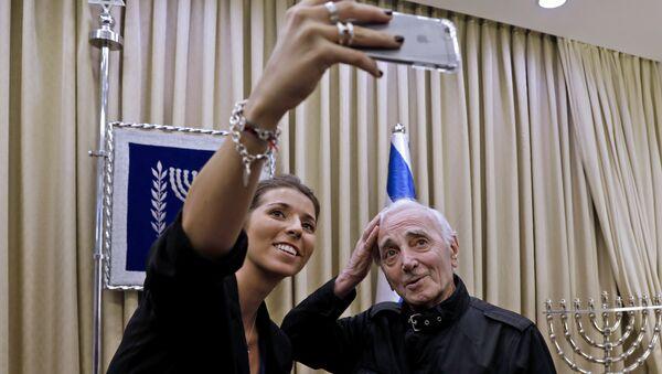 Певец Шарль Азнавур с поклонницей в президентском комплексе в Иерусалиме в связи с награждением премией Рауля Валленберга. 26 октября 2017