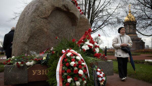 Митинг памяти жертв политических репрессий у Соловецкого камня на Троицкой площади в Петербурге. Архивное фото