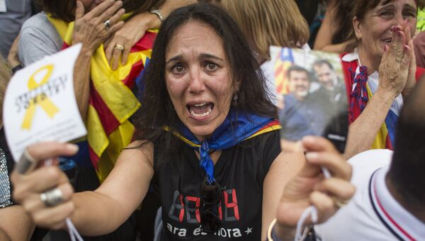 Участники акции у здания парламента Каталонии в поддержку провозглашения независимости
