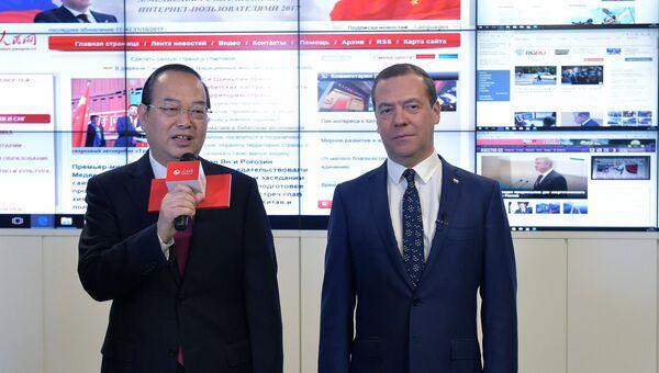 Председатель правительства РФ Дмитрий Медведев во время онлайн-конференции с китайскими интернет-пользователями в редакции сайта Жэньминьван. 31 октября 2017
