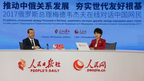 Председатель правительства РФ Дмитрий Медведев во время онлайн-конференции с китайскими интернет-пользователями в штаб-квартире Жэньминь жибао. 31 октября 2017
