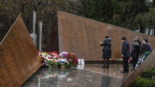 Посетители на открытии мемориала Сад памяти. Архивное фото