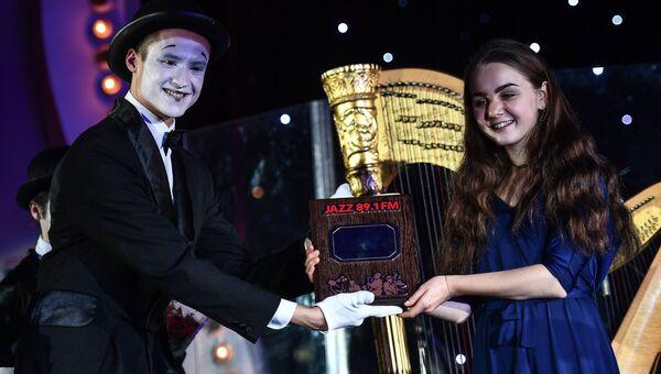 Музыкант Анастасия Волкомурова получает премию радио JAZZ 89.1 FM Все цвета джаза - 2017 в номинации Открытие года