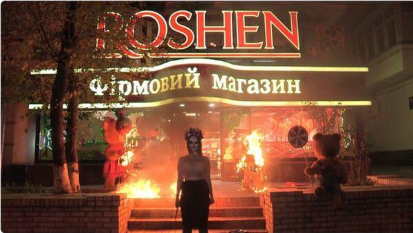 Активистка Femen подожгла игрушечных медведей у магазина Roshen в Киеве