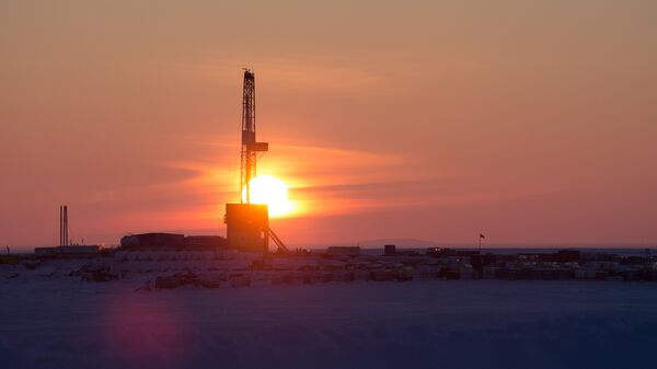 Буровая установка на месте бурения нефтяной скважины