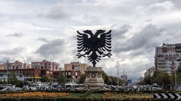 Герб Албании на одной из площадей в Тиране
