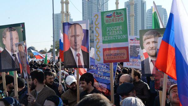 Участники митинга в центре Грозного, посвященного Дню народного единства. 4 ноября 2017