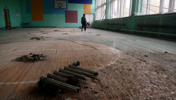 Повреждения спортивного зала Донецкого высшего профессионального училища ресторанного сервиса и торговли в результате ночного обстрела. 6 ноября 2017