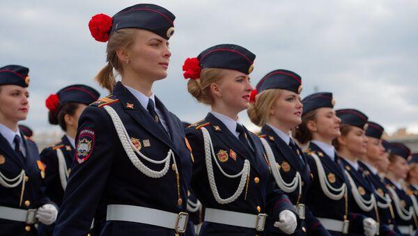 Строй курсантов полиции во время генеральной репетиции Парада Победы на Дворцовой площади в Санкт-Петербурге