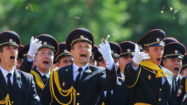 Выпускники Московского университета МВД России бросают в воздух монет на торжественной церемонии вручения дипломов
