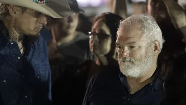 Стивен Уилфорд, ранивший техасского стрелка Дэвина Келли, и местный житель Джонни Лангендорф (слева)