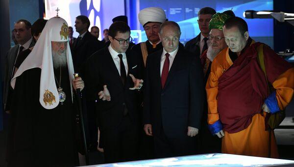 Президент РФ Владимир Путин во время посещения мультимедийной выставки-форума Россия, устремленная в будущее. 4 ноября 2017