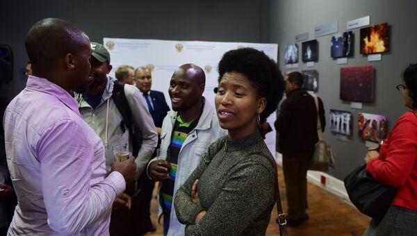 Гости на открытии выставки победителей конкурса имени Андрея Стенина на площадке художественной галереи Eclectica Contemporary в Кейптауне. 7 ноября 2017