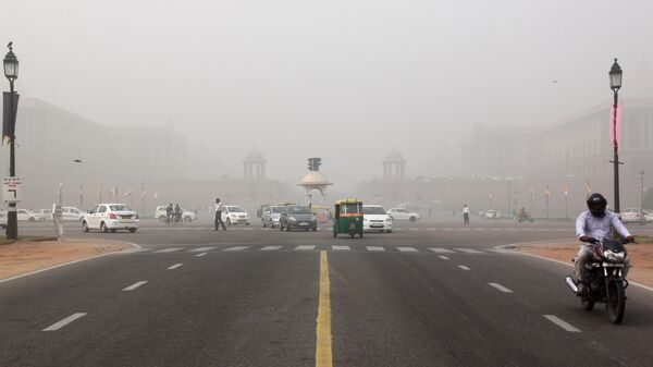 Смог над площадью Виджай Чоук в Нью-Дели, Индия