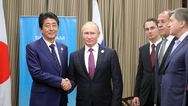 Президент РФ Владимир Путин и премьер-министр Японии Синдзо Абэ во время беседы на полях саммита АТЭС. 10 ноября 2017