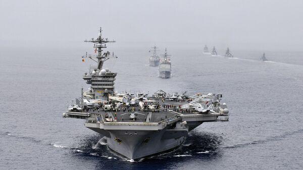Американская ударная авианосная группа во главе с USS Bunker Hill (CG 52) на военно-морских учениях в Индийском океане