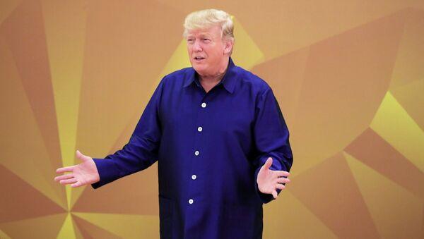 10 ноября 2017. Президента США Дональд Трам ппринимает участие в традиционной церемонии совместного фотографирования в национальной вьетнамской одежде на саммите АТЭС. 10 ноября 2017
