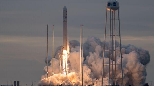 Ракета Antares стартует с космодрома в США