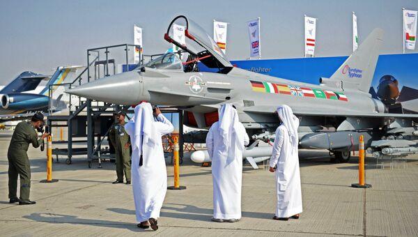 Посетители Международной авиационно-космической выставки Dubai Airshow 2017 фотографируют многоцелевой истребитель четвёртого поколения Eurofighter Typhoon