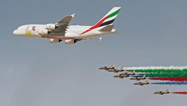 Самолет Airbus A380-800 в раскраске, посвященной столетию со рождения бывшему президенту Объединённых Арабских Эмиратов шейху Зайду ибн Султану Аль Нахайяну, и национальная пилотажная группа Объединенных Арабских Эмиратов Fursan Al Emarat во время демонстрационного полета на Международной авиационно-космической выставке Dubai Airshow 2017