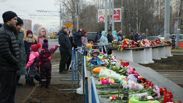 Цветы в память о жертвах обрушения части жилого панельного дома по Удмуртской улице в Ижевске. 12 ноября 2017