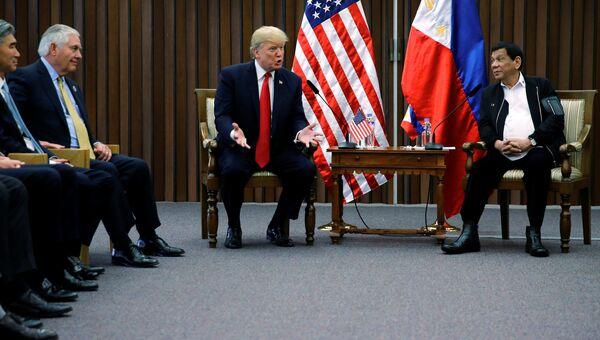 Президент США Дональд Трамп во время встречи с президентом Филиппин Родриго Дутерте. 13 ноября 2017