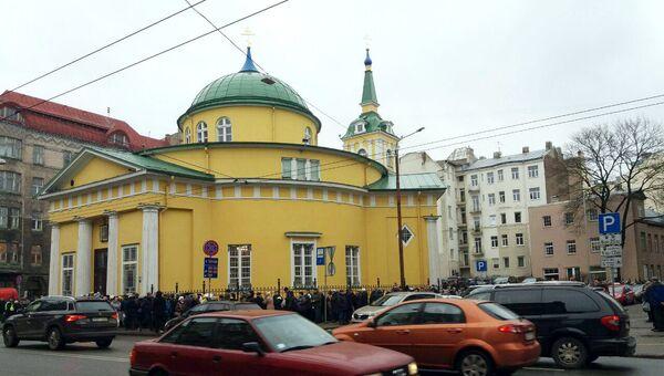 Отпевание Михаила Задорнова началось в храме Александра Невского в Риге. 15 ноября 2017