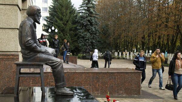 Первый в России памятник писателю, лауреату Нобелевской премии Александру Солженицыну работы скульптора Анатолия Шишкова установили в Белгороде