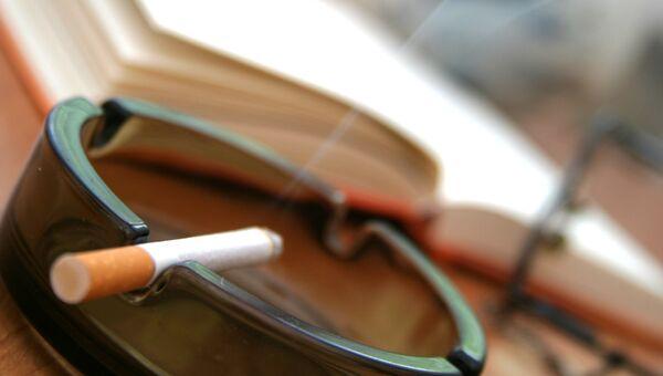 Сигарета в пепельнице. Архивное фото