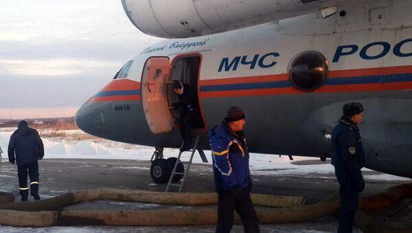 Самолет Ан-74 самолетом авиационно-спасательного центра МЧС по Хабаровскому краю в поселке Нелькан