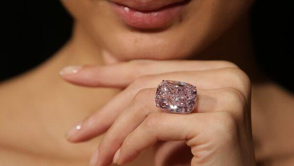 Крупнейший в мире цветной бриллиант  Розовый Радж. Архивное фото
