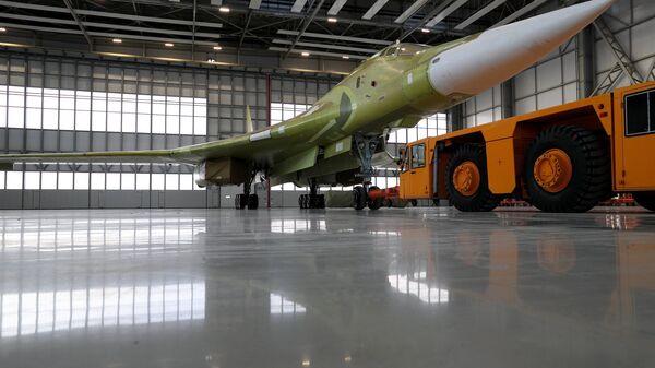 пытный образец самолета Ту-160М2 во время выкатки на Казанском авиационном заводе имени С.П. Горбунова. 16 ноября 2017