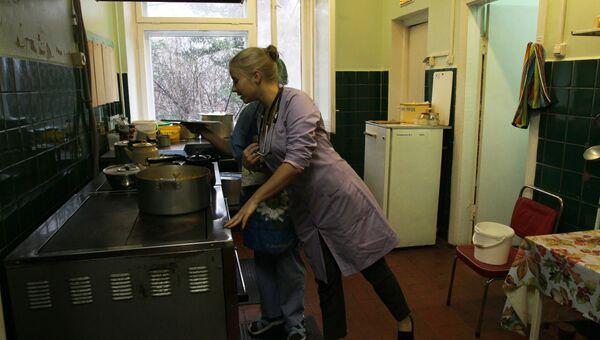 Наталья Флеглер, и.о. начальника ОСП Заостровская участковая больница проверяет качество питания для пациентов