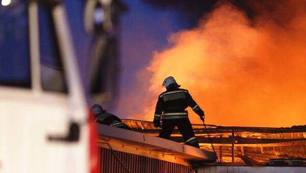 Сотрудники противопожарной службы тушат пожар на складе лакокрасочных изделий в Волгограде. 16 ноября 2017