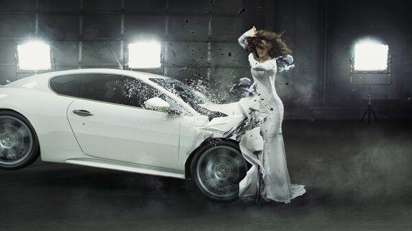 Автомобиль врезается в девушку