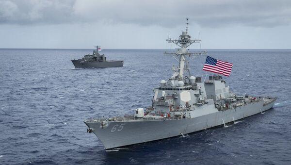 Американский эсминец USS Benfold (DDG-65) и японский буксир на учениях в заливе Сагами у восточного побережья Японии. Архивное фото