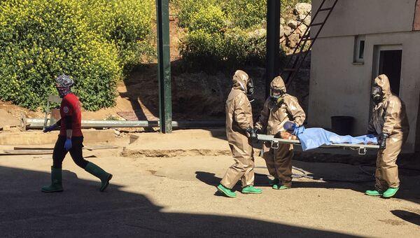 Транспортировка пострадавшего во время химической атаки в Хан-Шейхуне в госпиталь города Рейханлы, Турция