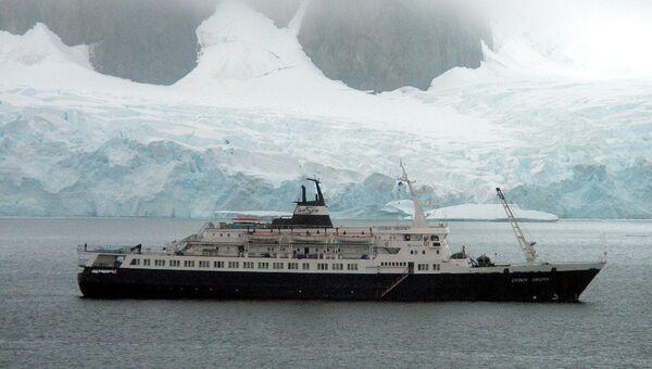 Российское круизное судно Любовь Орлова у берегов Антарктиды. Архивное фото
