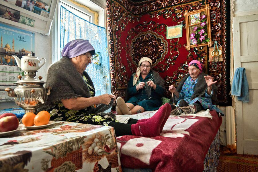 Традиция вечерних посиделок все еще сохраняется в селе Татарский Саракташ. Женщины собираются вместе и за вязанием обсуждают новости, поют песни