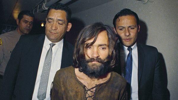 Чарльз Мэнсон сопровождается на суд по обвинению в убийстве Шэрон Тейт. Архивное фото