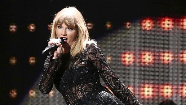 Американская певица Тейлор Свифт во время выступления в Хьюстоне, США