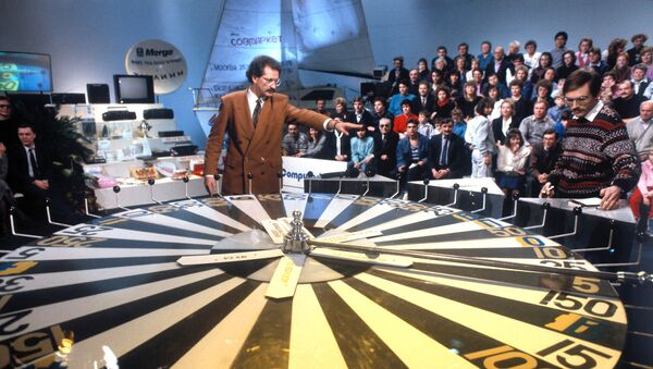 Владислав Листьев во время телеигры капитал-шоу Поле чудес. Архивное фото