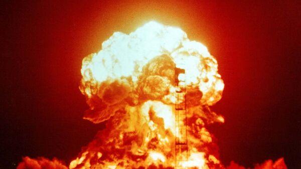 Взрыв атомной бомбы на испытательном полигоне в Неваде. 18 апреля 1953 года